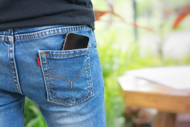 smartphone no bolso de trás da calça